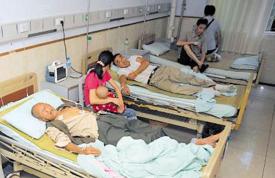 昨日,江津某医院,食用婚宴的亲友们在医院接受治疗