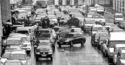 许多长时间停放的车辆,将武昌站宽阔的站前通道塞得难以通行。 记者 李少文 实习生 高隆 摄
