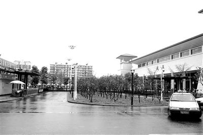武昌站东广场上的士候客区,显得空空荡荡。记者 李少文 实习生 高隆 摄