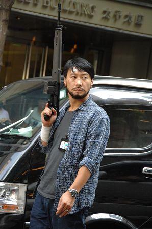 黎明昨天在香港拍戏,左手戴戒,右手举枪