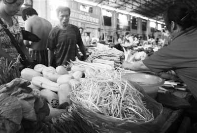 �~口建荣菜场一摊位上,摊主正在售卖豆芽。记者史伟 摄