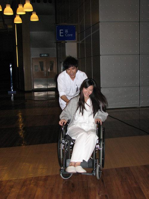 基仔很有风度,照顾韩国女生