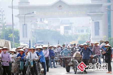 边民互市,滇越贸易欣欣向荣。 本报记者 周明佳 摄