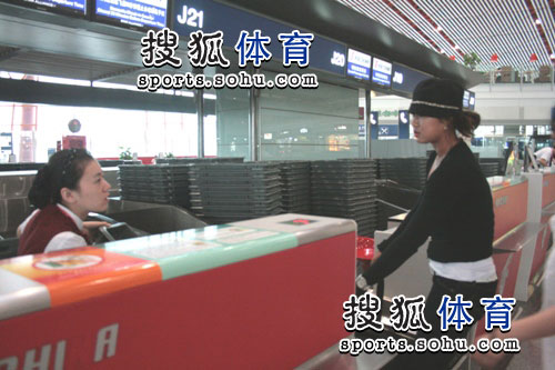 图文:韩端结束留美返回北京 与空姐对话