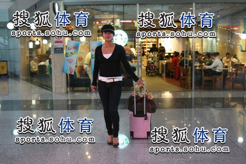 图文:韩端结束留美返回北京 时尚女郎