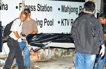 警方在调查后,将谢家威的遗体搬离现场。