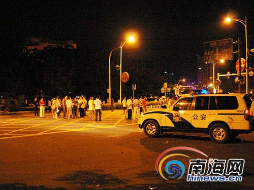 农民工将通往三亚市政府的路设障堵住。 (南海网记者周山博摄)