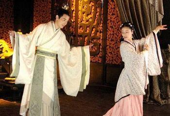 罗晋(左)与林心如共舞