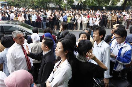 首都雅加达市民紧急逃离大楼