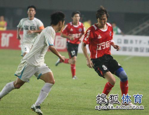 图文:[中甲]辽宁2-0东亚 李铁带球
