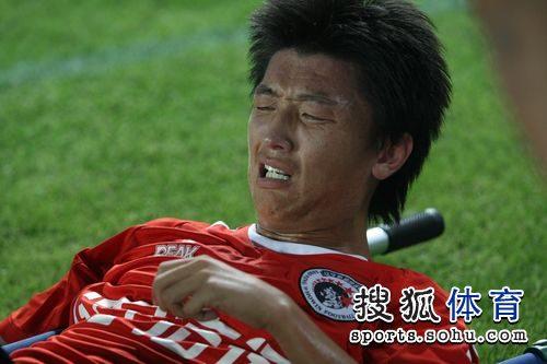 图文:[中甲]辽宁2-0东亚 杨旭表情痛苦