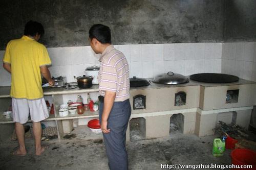 整体规划的居民点里,都配套建设了沼气池,姜家山一户灾民家里,灶头可以用沼气煮饭。王子恢摄