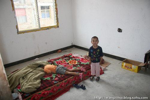 姜家山一户灾民家里的,他们惟一的床,,小孩子在上面嬉戏。王子恢摄