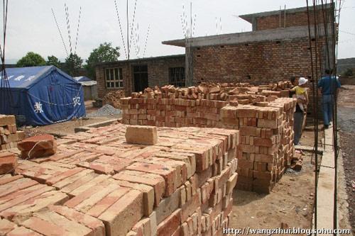 姜家山15岁孤儿姜战军,他的房子还没有建起来。村里帮他打了地基,购置了砖块。灾区安居志愿者公民行动实施后,有志愿者给姜战军捐三万元,帮助他建房。王子恢摄