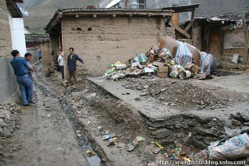 临江乡的特困户王根雄,一家五口人,老人已经80多岁。他的家的地基上还堆满了垃圾。王子恢摄