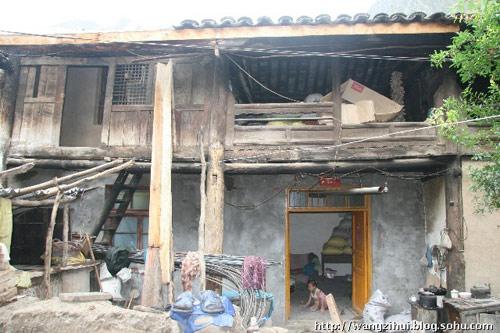 王根雄的老屋已经有200年历史,是土改时分给他家的,他的女儿在屋里地上玩石子。王子恢摄