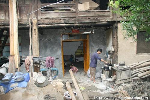 王根雄的厨房,就在门口一隅。王子恢摄