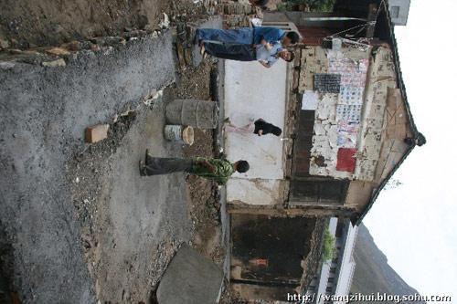 临江镇的巩要权,是一个超生户口,因为孩子多,负担重,建房没有钱,地基上还是一块空地。王子恢摄