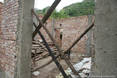 这片空间属于铁楼乡旧寨村农民姜云坤,他的妻子是智障人,有残疾,哑巴。四口之家没有太多经济收入来源,房屋无法建设。王子恢摄