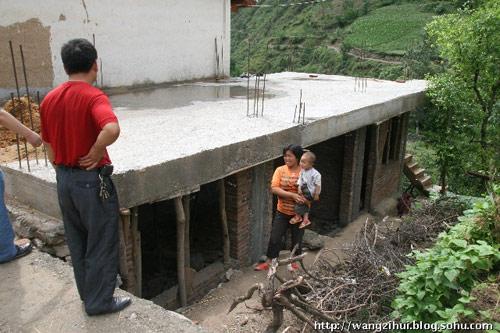 铁楼乡旧寨村单身汉雷贵生和72岁的老父亲相依为命,两个光棍汉盖了一层楼房,就无力再建了。王子恢摄