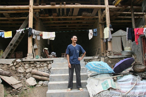 旧寨村的张彦荣是条件好一点的贫困户,房子框架起来了,但是接下来的工序无法开展,一家人还住在图片右侧的帐篷里。王子恢摄