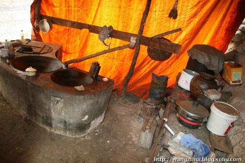 这是旧寨村张彦荣家的厨房,这种情况与陇南许多山区的特困户相比,算比较富裕的了。王子恢摄