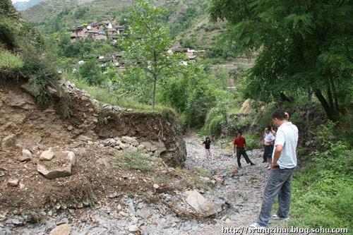 一场大雨将村里惟一的路冲断,建筑材料的运输成了大难题。王子恢摄