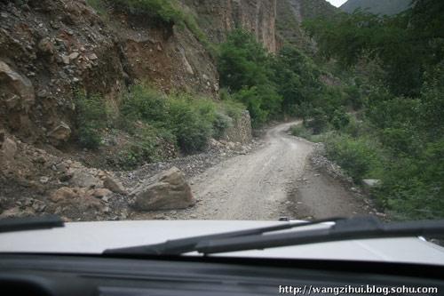 这里属于交通条件还不错的地方,陇南各种地质灾害较多,修建好的道路,也会因各种灾害而中断或者受到影响。王子恢摄