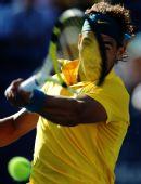 图文:纳达尔横扫加斯奎特 纳达尔在比赛中回球