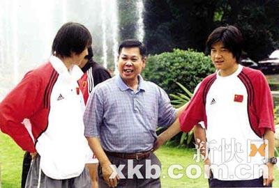 2001年5月21日,国足到广东三水训练,李经纬(中)与著名球员李铁、李金羽交谈。(资料图片)