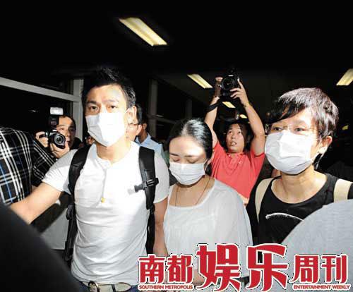"""8月25日晚,刘德华紧牵朱丽倩出现在香港机场,首次公开宣示""""这是我的女人""""。"""