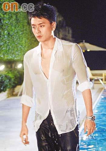 穿上白恤衫的黄宗泽,湿身透点,极之诱惑