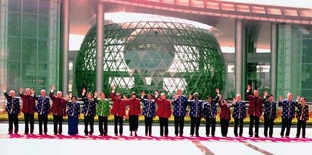 2001年上海APEC会议领导人合影-2001年10月21日亚太经合组织第九图片