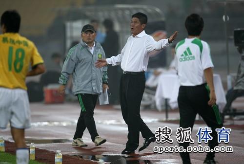 图文:[中超]北京1-0陕西 李章洙表达不满