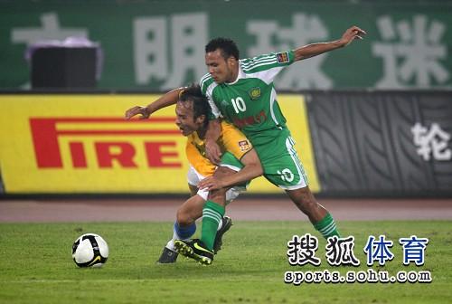 图文:[中超]北京1-0陕西 贴身紧逼