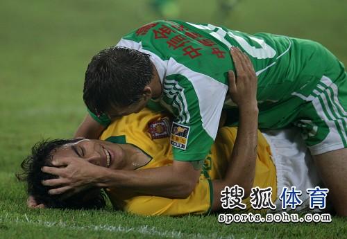 图文:[中超]北京1-0陕西 赛场一家亲
