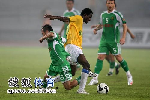 图文:[中超]北京1-0陕西 陶伟倒地
