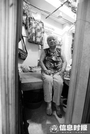 社会5-1  叶先生借住在姑妈家的阁楼长达10年。 本版摄影 信息时报记者 朱元斌
