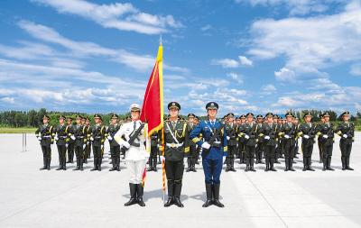 参加国庆阅兵的三军仪仗队在训练。张晓军摄