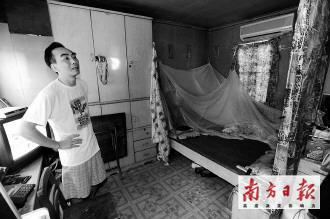 经适房弃购户李先生家的住房条件很不理想。本报记者王亮摄