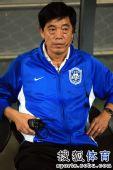 图文:[中超]天津VS成都 领队韩志强指挥比赛