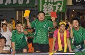 图文:[中超]杭州1-2深圳 球迷要给裁判亮牌
