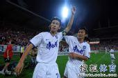 图文:[中超]天津VS成都 曹阳进球与队友同贺