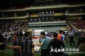 图文:[中超]上海VS长春 何志彪重重保护中离场