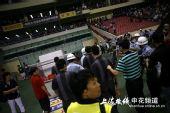 图文:[中超]上海VS长春 警察保护何志彪逃离