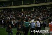 图文:[中超]上海VS长春 贾秀全欲打何志彪被拦