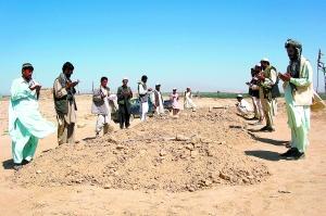 9月5日,在阿富汗北部昆都士省的一个村庄,当地人为死于4日北约空袭中的亲人祈祷。 新华社/路透