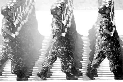 特种兵方队官兵在刻苦训练 本版图片均据新华社