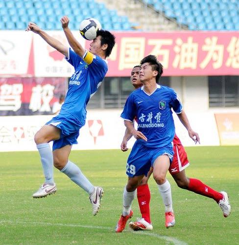 图文:[中甲]安徽1-1南昌 丁峰头球
