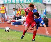 图文:[中甲]安徽1-1南昌 雷纳尔多被扛倒